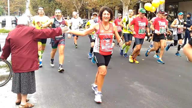 A Ravenna un premio per la nonnina che dava «il 5» durante la Maratona