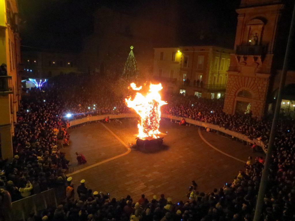 Faenza , Nott de Bisò migliaia di persone in piazza