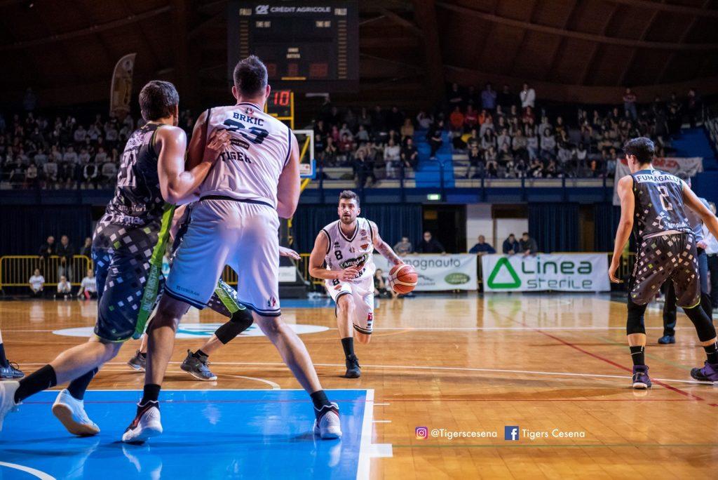 Basket, terza vittoria stagionale di Cesena nel derby con Faenza
