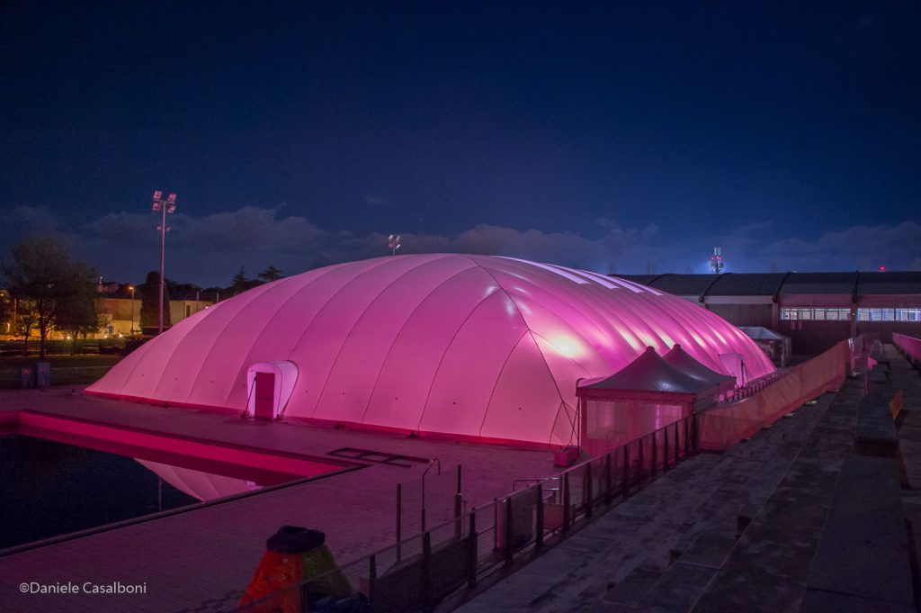 Riccione, piscina illuminata di rosa per il Giro d'Italia