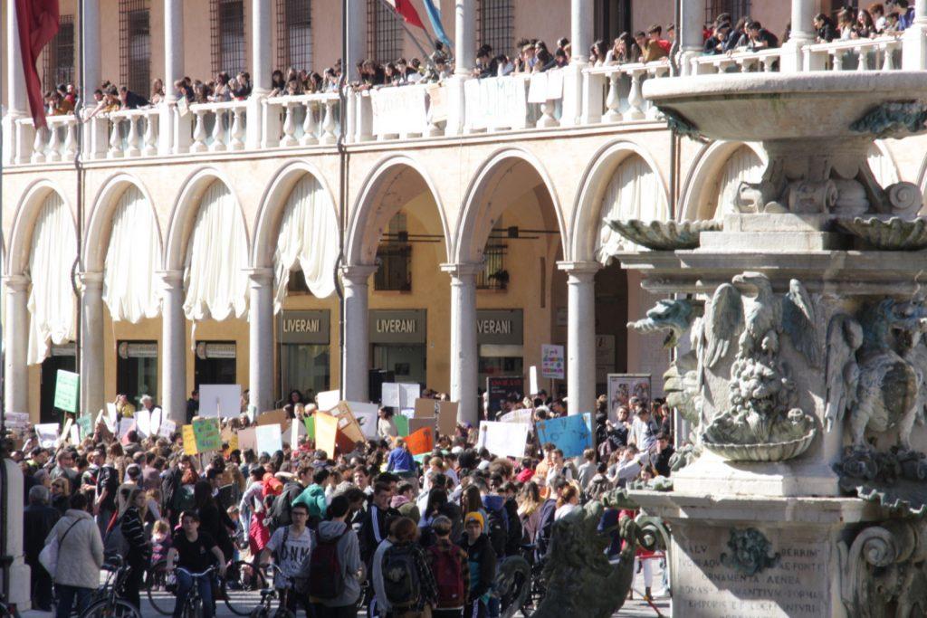 Faenza, in centinaia per il clima