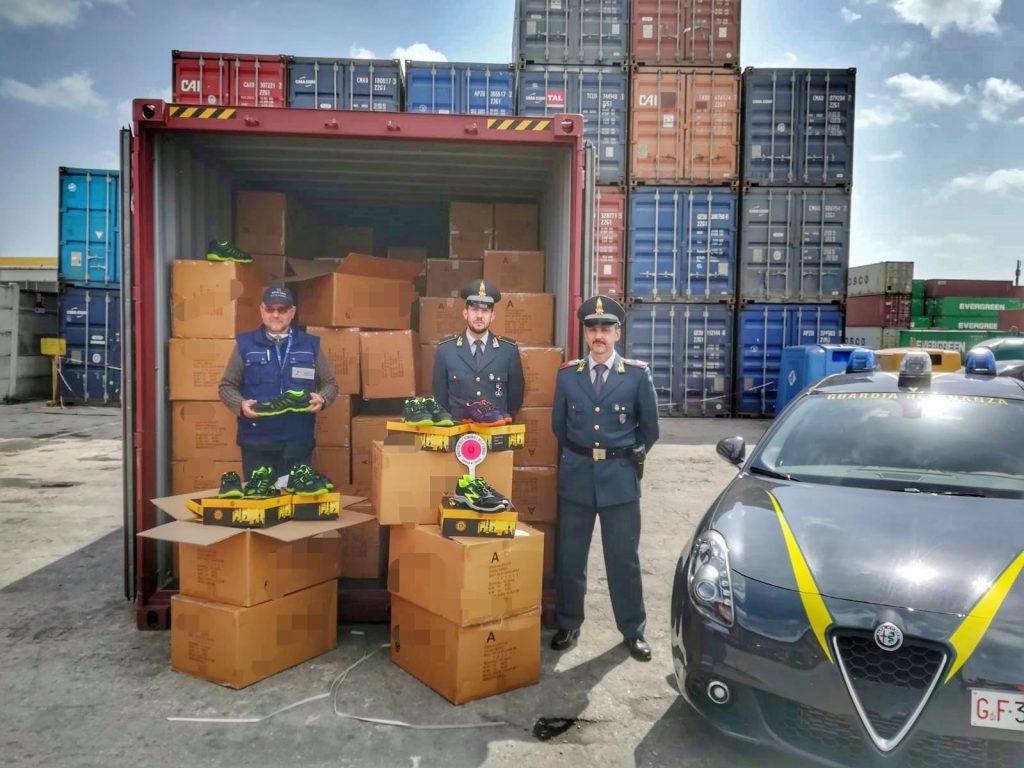 Gdf sequestra 11.200 scarpe antinfortunistiche non a norma nel porto di Ravenna