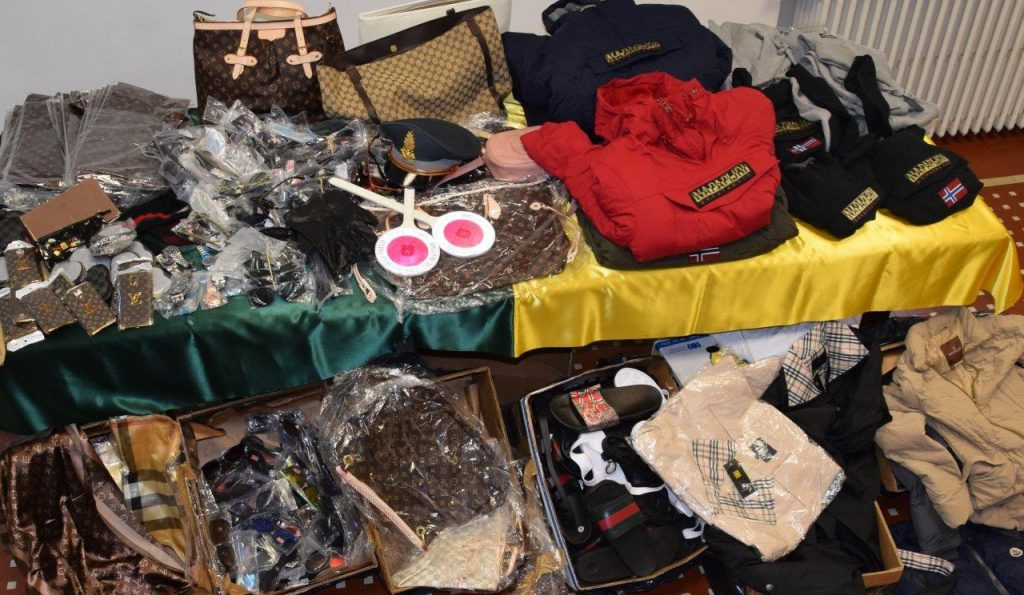 Faenza, la Guardia di Finanza sequestra oltre 800 capi di abbigliamento e accessori 'tarocchi'