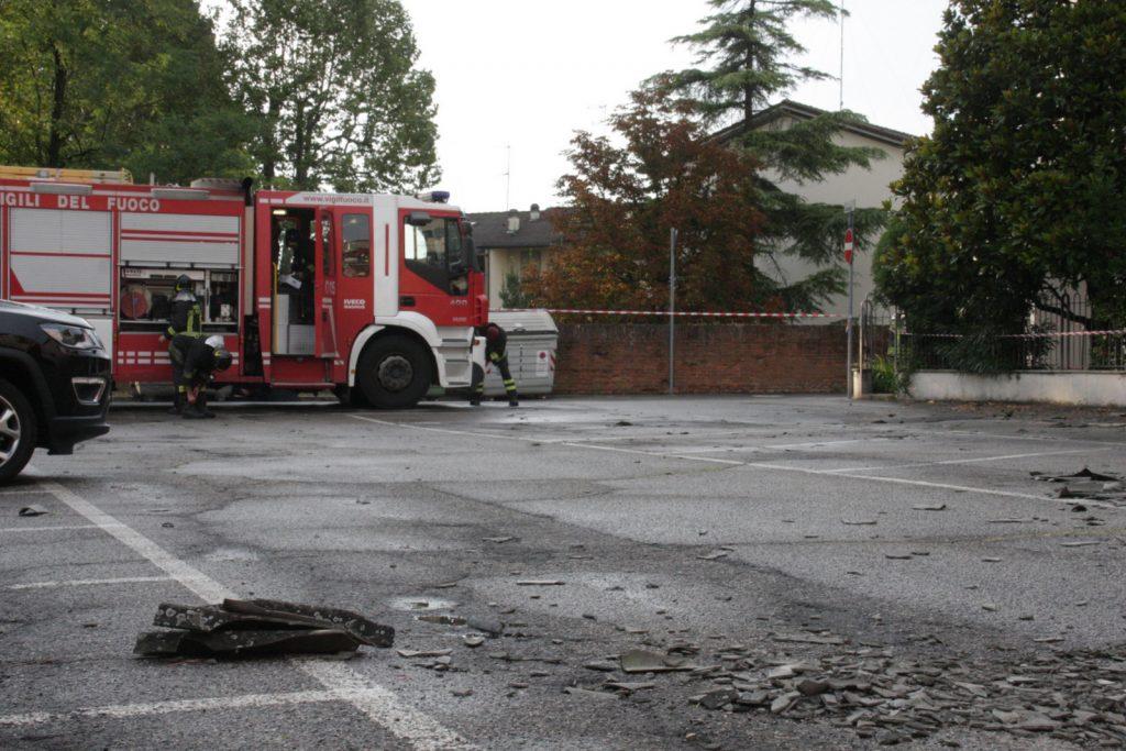 Maltempo nel faentino, alberi e tegole danneggiano alcune auto in sosta. Un'anziana trascinata per metri dal vento
