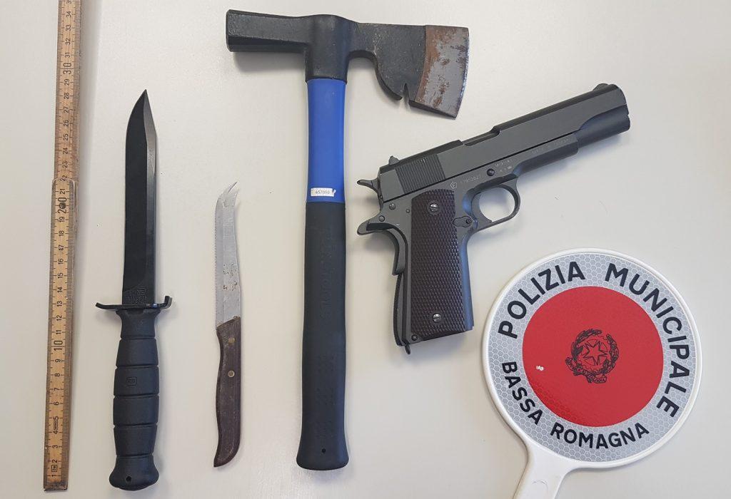 Bassa Romagna, aveva in auto ascia, coltello, pugnale e pistola a pallini: fermato un uomo