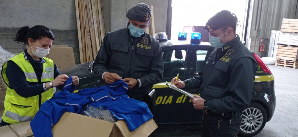Ravenna: sequestrato un container con magliette etichettate con indicazioni di origine e provenienza ingannevoli